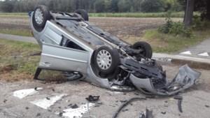 Auto komt op dak terecht in Maaseik, één gewonde