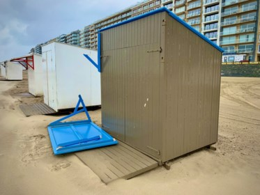 Rondvliegende strandcabines en een op hol geslagen kraan: zo ging storm Odette tekeer