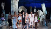 Primeur op de catwalk van Versace: voor het eerst lopen plus-sizemodellen mee