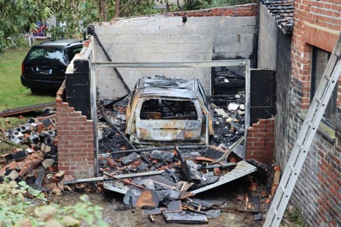Garage én auto volledig uitgebrand in Vucht