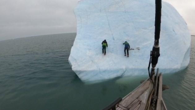 IJsberg kantelt terwijl ontdekkingsreizigers er nog op staan