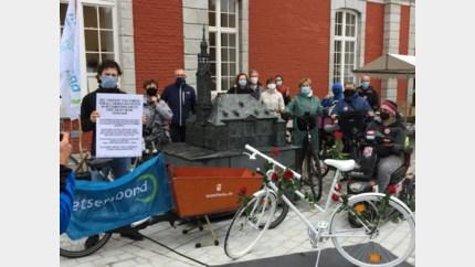 Fietsersbond vraagt aandacht voor verongelukte fietsers met ghostbikes