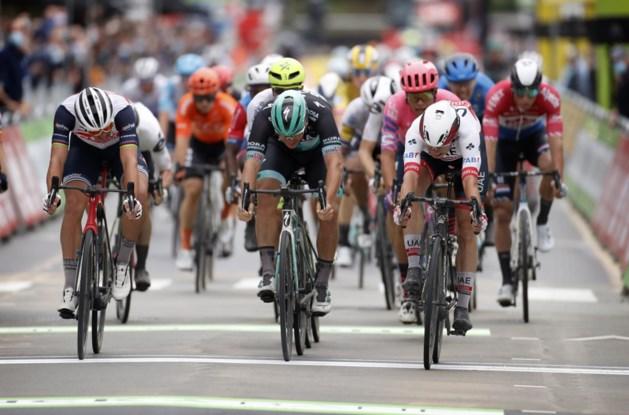 Jasper Philipsen sprint in Ardooie naar eerste ritzege in BinckBank Tour, Naesen slachtoffer van massale valpartij