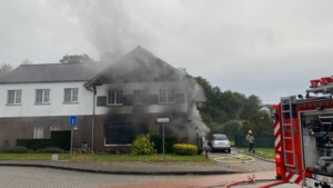 Gemeentearbeiders redden slapende moeder en dochter uit brandend huis