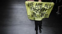 """Modeshow van Dior opgeschrikt door protest: """"We zijn allemaal fashion victims"""""""