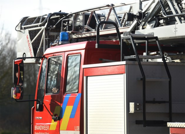 Brandweer ruimt olielek van tractor op