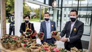 Kersvers rector Vanheusden start met uitdelen van bloemen en pralines