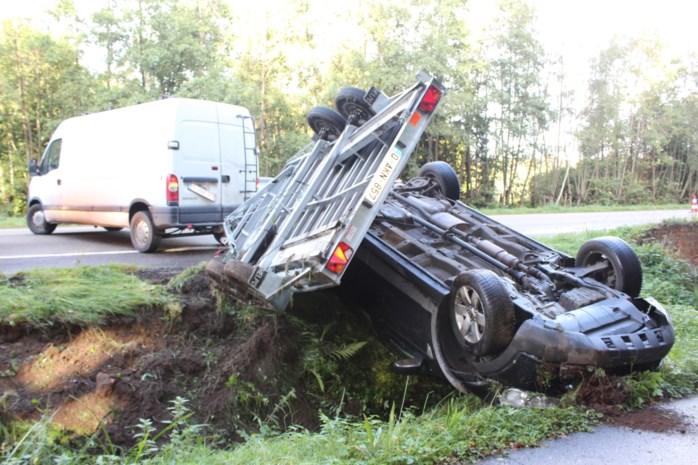 Bestelwagen slingert over N72: auto op aanhangwagen rolt in gracht