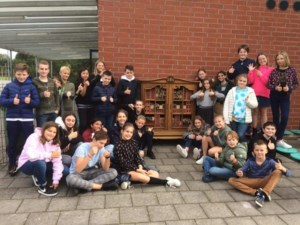 Leerlingen het Blavierke maken insectenhotel van oude kast