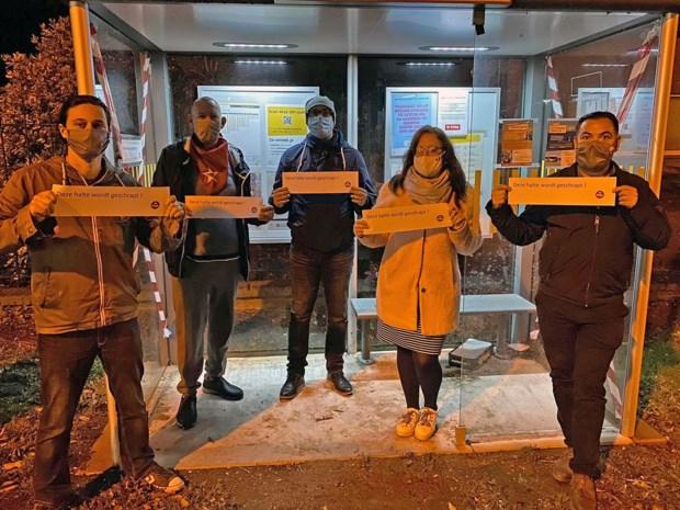 PVDA beplakt bushokjes in Sint-Truiden en Tongeren uit protest tegen het schrappen van haltes
