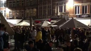Massa volk en vechtpartijen op Leuvense Oude Markt tijdens laatste cafénacht