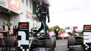 Lewis Hamilton rijdt naar 91e zege en evenaart zo Michael Schumacher