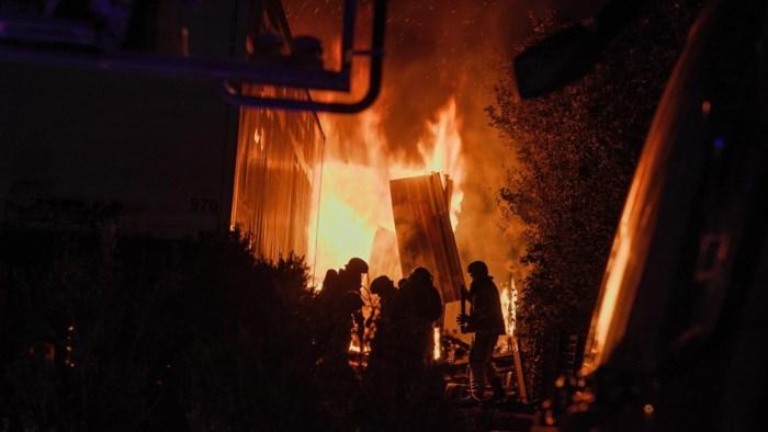 Uitslaande brand vernielt loods in Veldwezelt: oorzaak is onbekend