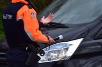 Dronken man rijdt rond met jonge kinderen op achterbank