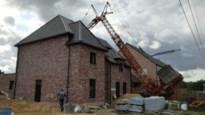 Huis als bij wonder onaangeroerd nadat bouwkraan erover valt