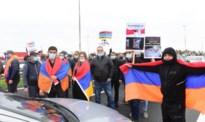 Armeense betogers blokkeren met vlaggen en slogans grensovergang in Maasmechelen