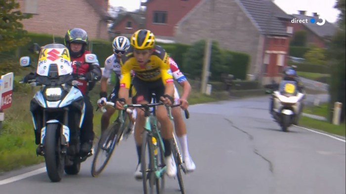Drama in volle finale: Alaphilippe valt aan met Van Aert en Van der Poel, maar knalt op motor