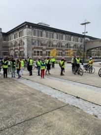 Leerkrachten De Bret op fietstocht in eigen schoolomgeving