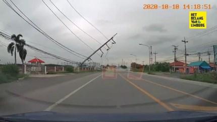 Ongeval veroorzaakt domino-effect: acht elektriciteitspalen vallen één voor één om
