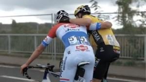 """""""Ik denk dat jij wint."""" """"Ik denk het niet."""" Deze knuffel tussen Van Aert en Van der Poel zag u niet op tv"""
