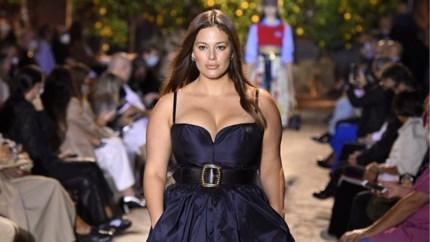 Negen maanden na haar bevalling gaat plus-sizemodel Ashley Graham uit de kleren