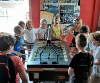 80 tieners trappen 12de werkjaar Kids Café in gang