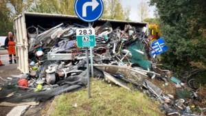 Vrachtwagen met schroot kantelt op oprit E314 in Houthalen