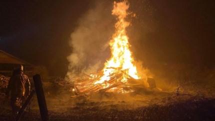 """Bilzenaar brandt afval op in tuin: """"Metershoge vlammen"""""""