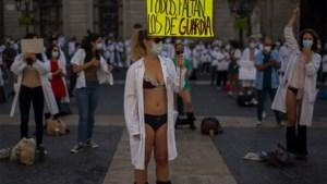 Spaanse artsen uit de kleren als protest tegen slechte werkomstandigheden