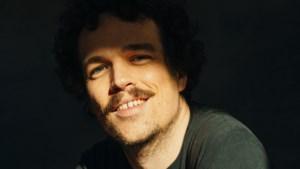 Binnenkort in Limburgse zalen: deze muzikant waagt zich aan cabaret