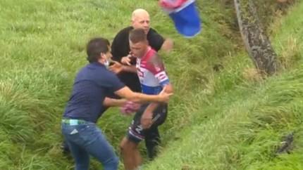 Mathieu van der Poel belandt in gracht in Driedaagse Brugge-De Panne, ploegleider vreest voor hersenschudding