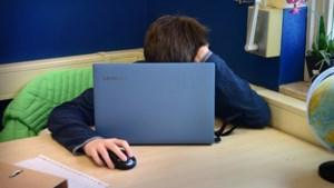 Minister Weyts werkt naar laptop en internet voor elke leerling