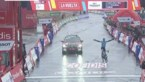Spektakel in Vuelta: Ion Izagirre wint kletsnatte bergrit, Carapaz neemt rode trui over van Roglic