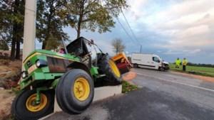 Tractor kantelt in berm op 't Hasselt na botsing