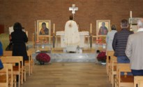 Veertig Roemenen wonen mis bij in kerk Halveweg