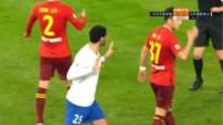 Marouane Fellaini razend op scheidsrechter nadat knappe winnende treffer wordt afgekeurd