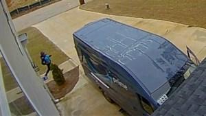 Onhandige pakjesbezorgster knalt met busje tegen garagepoort