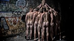 Truiense basketters krijgen politiecontrole tijdens fotoshoot voor... naaktkalender