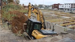 Grijpkraan schuift in bouwput: machinist kan op nippertje uit stuurhut springen