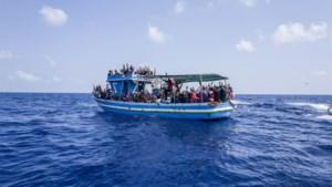 Schip vol migranten vliegt in brand en kapseist voor Senegal: ruim 140 mensen verdrinken