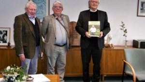 Bisschop krijgt eerste exemplaar van 'Geloven is een werkwoord'