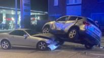 Auto belandt op motorkap tegenligger in Hasselt