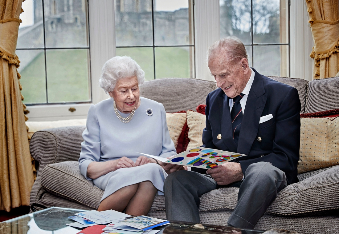 Queen was bij prins Philip toen hij stierf nadat hij zijn laatste dagen al lezend in de zon doorbracht