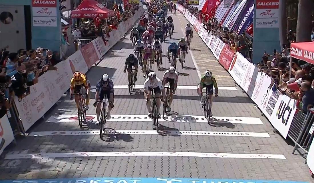 Eindelijk! Hammenaar Jasper Philipsen haalt zijn gram in Ronde van Turkije en wint na drie tweede plaatsen