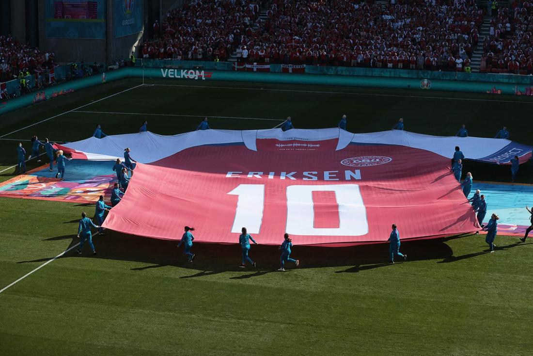 Beklijvende taferelen in Kopenhagen: heel het stadion klapt in tiende minuut