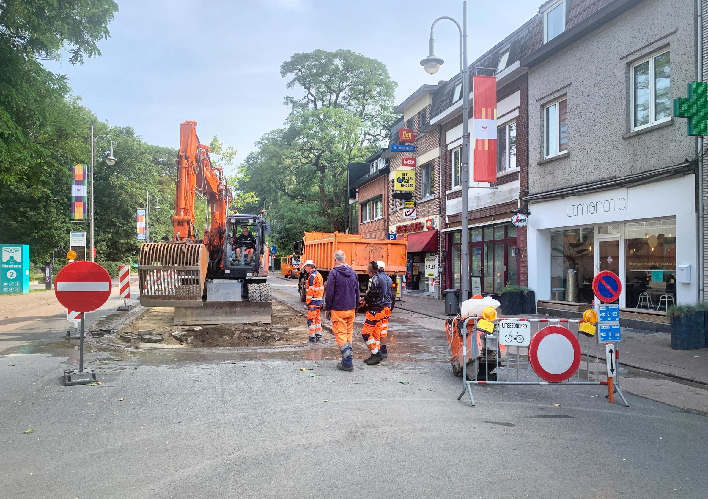 Terrassen pal in midden van Stalenstraat in Genk