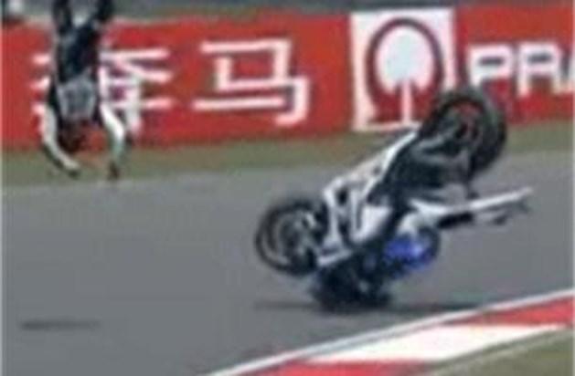 Motorrijder Lorenzo crasht spectaculair tijdens kwalificaties (video)