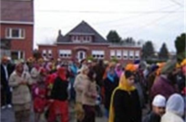 Sikhs trekken stoetsgewijs door straten