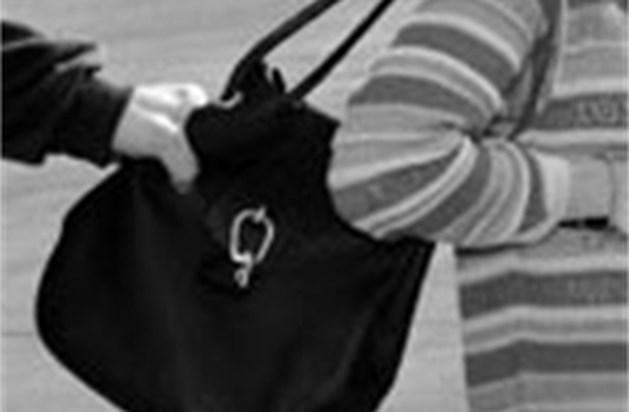 Van handtas beroofd na actie tegen handtasdiefstallen