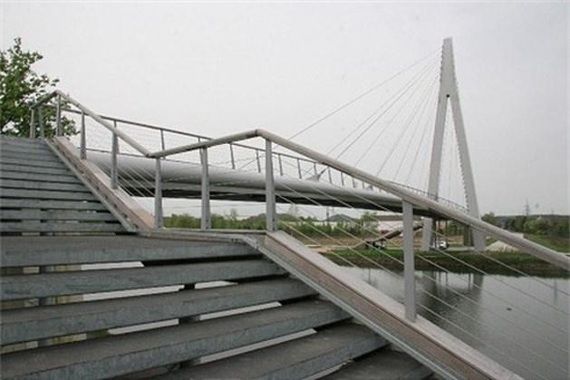 Steile fietsbrug in Lanklaar krijgt dan toch nieuwe trappen